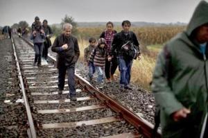 Migrantes caminan por una vía de tren hacia un campamento improvisado para solicitantes de asilo en Roszke, en el sur de Hungría, el jueves 10 de septiembre de 2015. Líderes de Naciones Unidas advirtieron el martes de que Hungría afronta una oleada mayor de migrantes de 42.000 solicitantes de asilo en lso próximos 10 días, y necesitará ayuda internacional para proporcionar refugio en su frontera, donde los recién llegados ya se quejan por verse abandonados para dormir en gélidos campos. (AP Foto/Muhammed Muheisen)